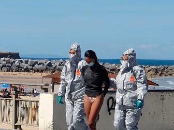Momento de la detención de la joven en la playa de la Zurriola