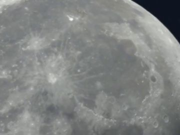 """Espectaculares imágenes del """"beso"""" entre Marte y la Luna"""