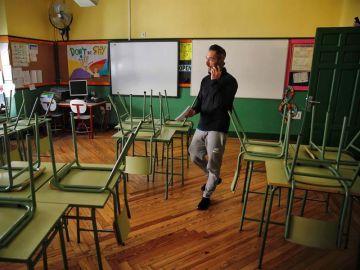 Un docente en una aula de un colegio de Madrid.