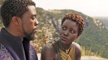 Lupita Nyong'o y Chadwick Boseman en 'Black Panther'