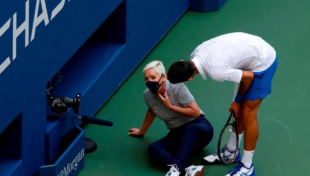 Novak Djokovic se disculpa ante la juez de línea del US Open