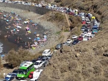 Caos en los accesos de la playa de Almáciga en Santa Cruz de Tenerife