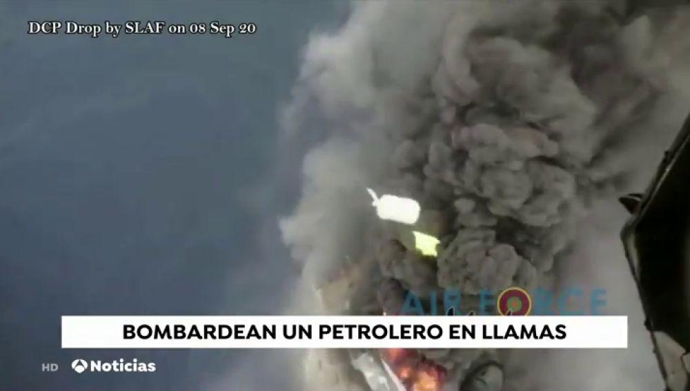 Bombardean con polvo químico seco un petrolero en la India para tratar de apagar el incendio que sufría la nave