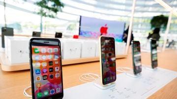 Diferentes modelos de iPhone en una tienda de Apple en Marina Bay