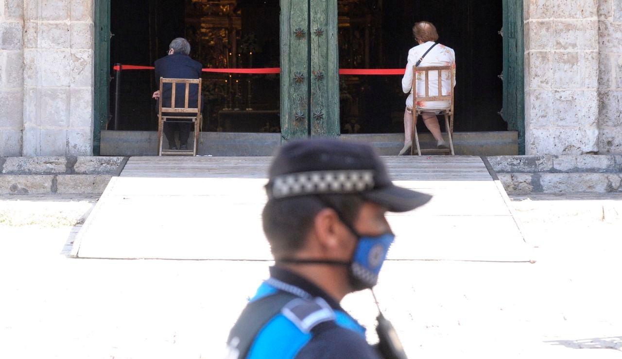 Un agente de la policía municipal custodia el acceso a la Catedral de Valladolid