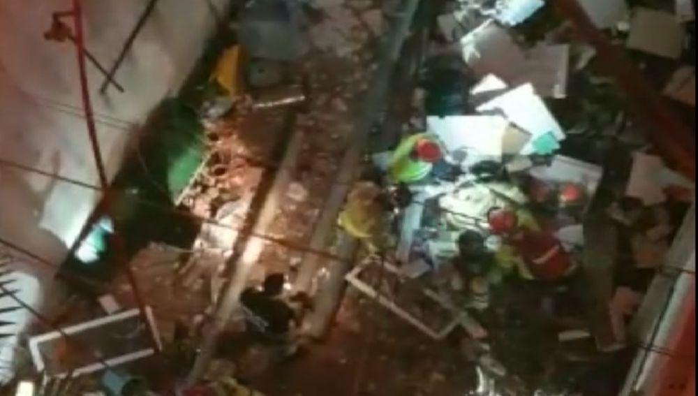 Bombero sepultado entre los escombros