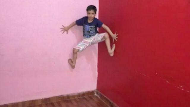 El niño araña de la vida real escala paredes de 3 metros