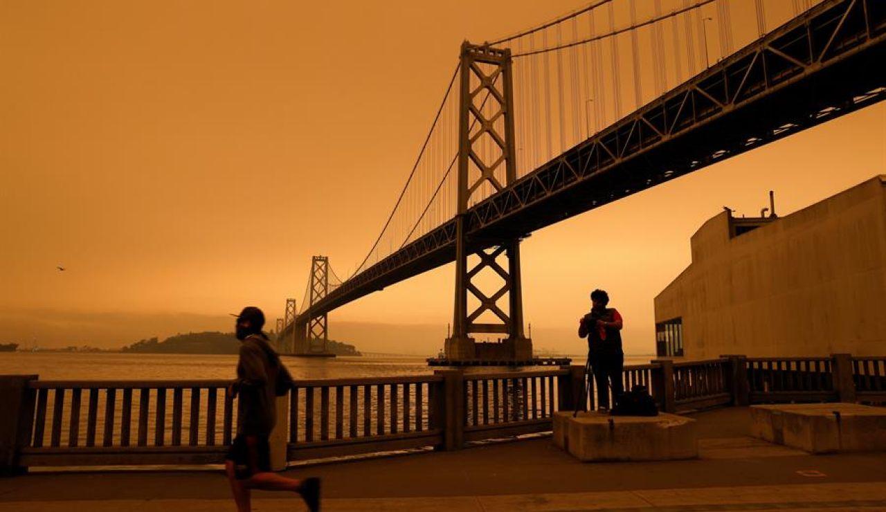 San Francisco amanece teñida de rojo por los incendios