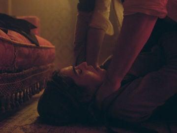 Una violación y un asesinato, los secretos inconfesables de Julia para seguir con vida