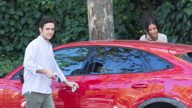 Froilán y Victoria Federica subiendo al coche tras ver la multa