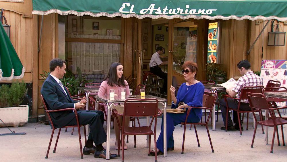 La familia sopesa en la terraza del Asturiano las impresiones del barrio
