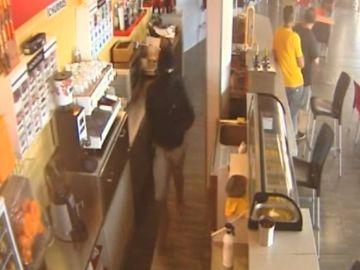 Tres personas armadas con cuchillos atracan una gasolinera en Granada tras haberlo intentado el pasado viernes