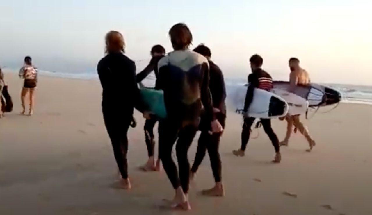 Surfistas rescatan a una mujer en una playa de Tarifa