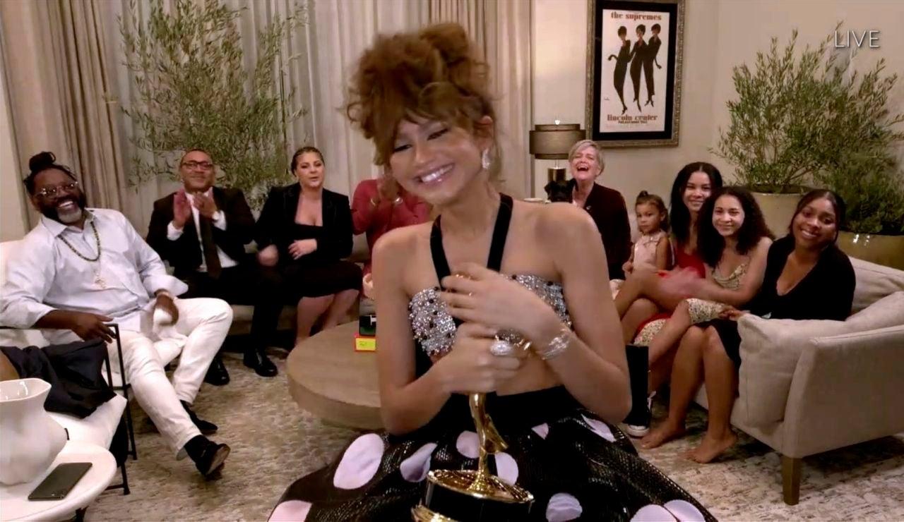 Zendaya agradece su Emmy desde el salón de su casa