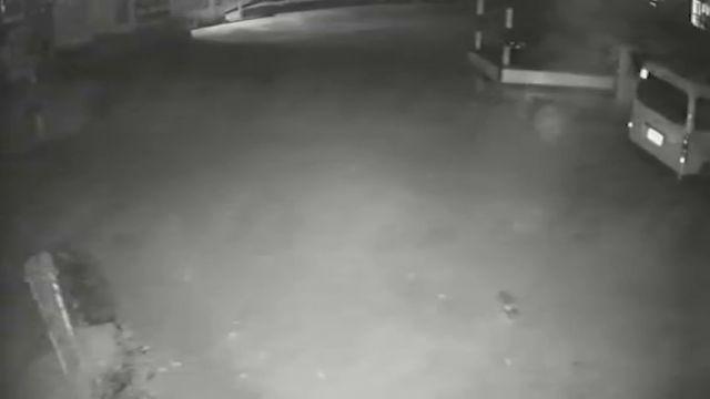 Una cámara de seguridad graba el momento en que un fantasma mueve un camión y abre su puerta