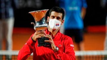 Novak Djokovic alza el trofeo de Roma
