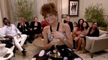 Zendaya recibiendo su Emmy a Mejor Actriz