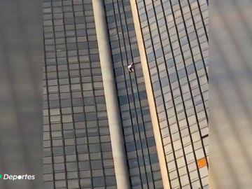 Un polaco escala la Torre Montparnasse, el edificio más alto de París sin cuerda, arnés ni zapatillas