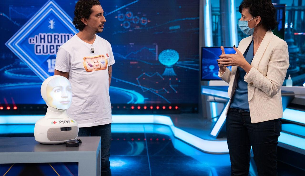 Marron sorprende a Albert Rivera con el robot que hasta canta por Malú