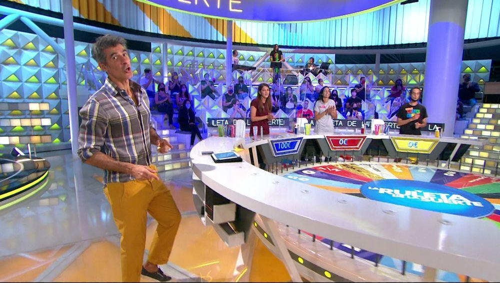 Dani Martín y Juanes llenan de alegría el plató de 'La ruleta de la suerte' al ritmo de 'Los Huesos'