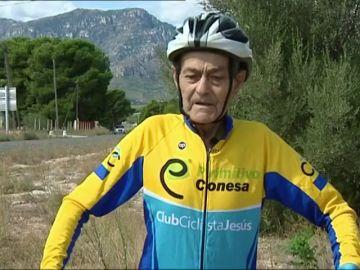 """Manolo Jiménez lucha contra el cáncer sobre su bicicleta a los 80 años: """"Haced deporte y no os comáis el coco"""""""