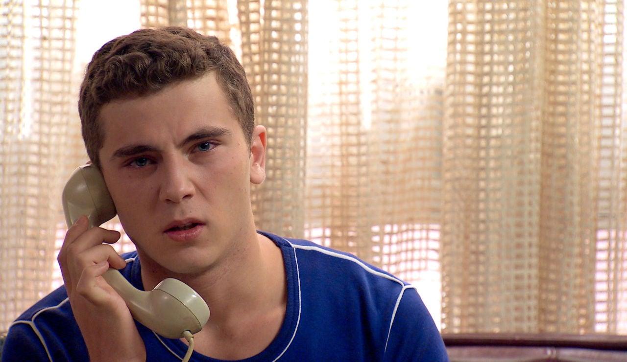 Manolín, hundido, llama a Abel para explicarle la trágica razón de su ausencia en su compromiso con Emma