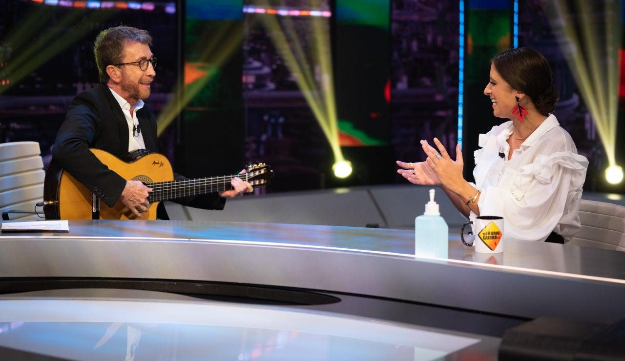 María Peláe se arranca a cantar 'La niña' en 'El Hormiguero 3.0' con Pablo Motos a la guitarra