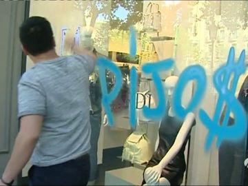 Los okupas del barrio de Gracia protagonizan un 'escrache' al dueño del banco del que fueron desalojados