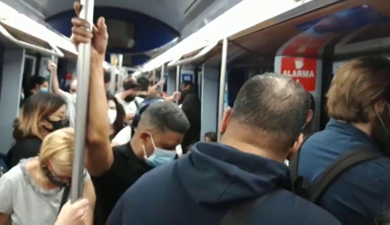 Saturación y viajes sin posibilidad de mantener distancia social frente al coronavirus en algunas líneas del Metro de Madrid