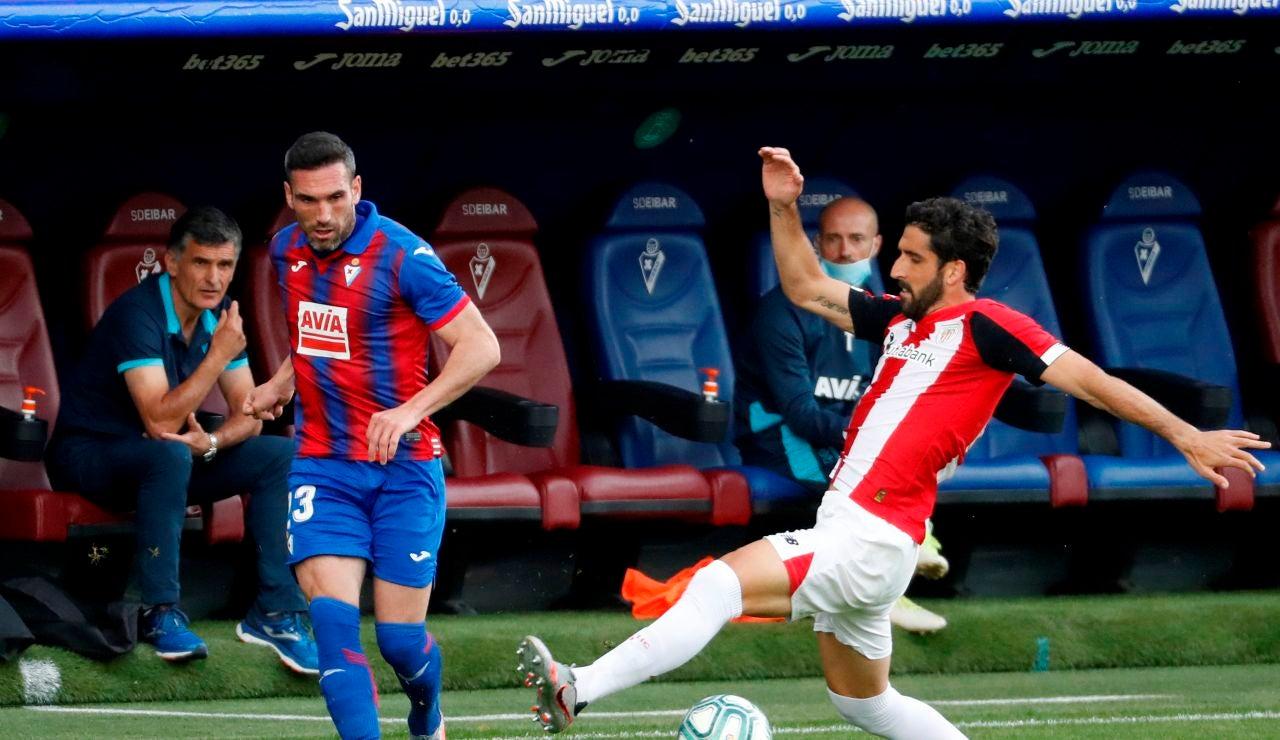 El delantero del Athletic, Raúl García, disputa un balón con el defensa del Eirbar, Arnaitz Arbilla