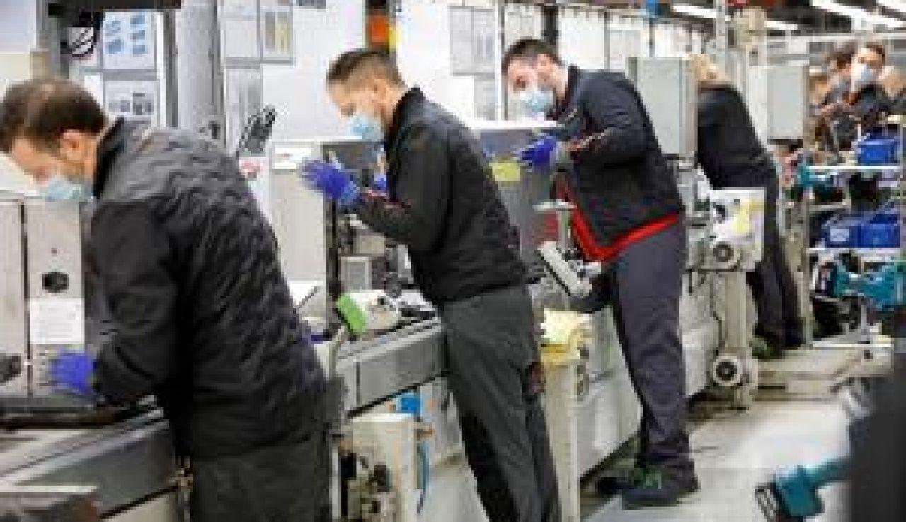 La economía española entra en recesión aunque modera su caída