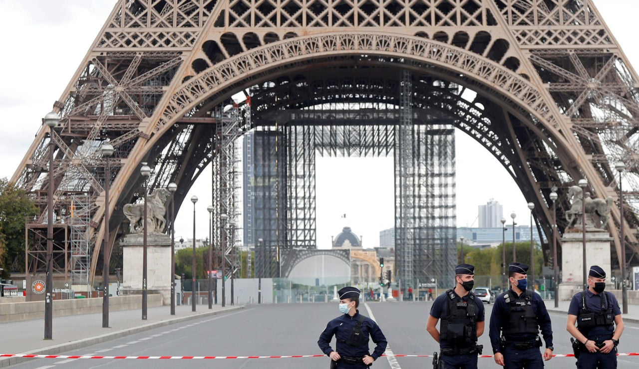 Evacuan la Torre Eiffel en París por amenaza de bomba, según testigos
