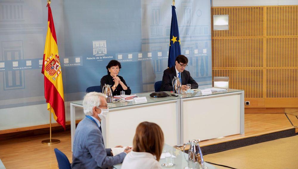 La ministra de Educación, Isabel Celaá, y el de Sanidad, Salvador Illa, durante la reunión.