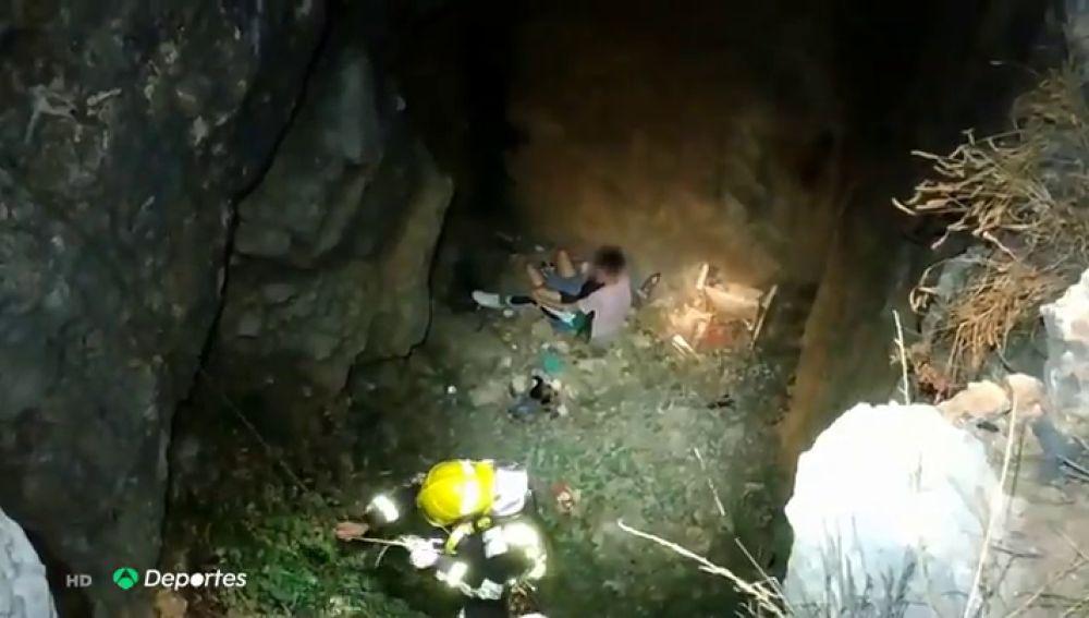 El complicado y angustioso rescate de una joven que cayó en una sima en el Monte de la Tortuga, en Málaga