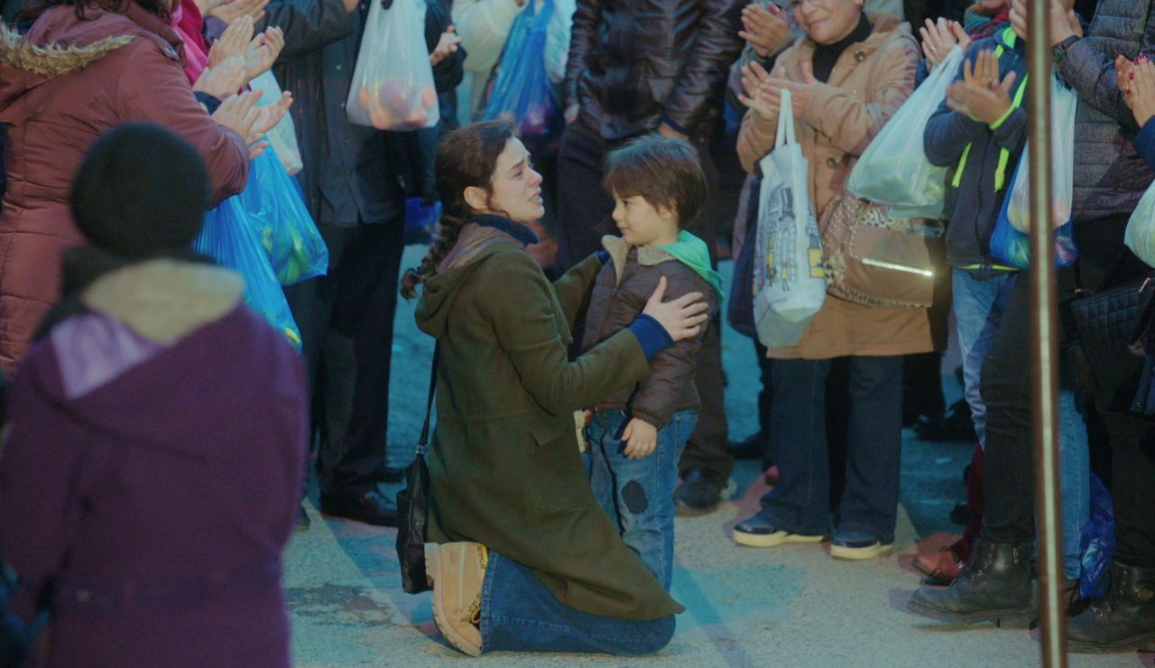Doruk se pierde por las calles de Estambul pero Bahar le encuentra gracias a la canción de 'Sonrisas y lágrimas'
