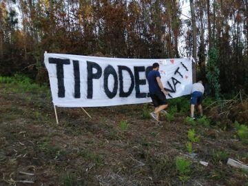 Colocan una pancarta en el exterior del Hospital de Santiago para que la vea una joven sometida a trasplante