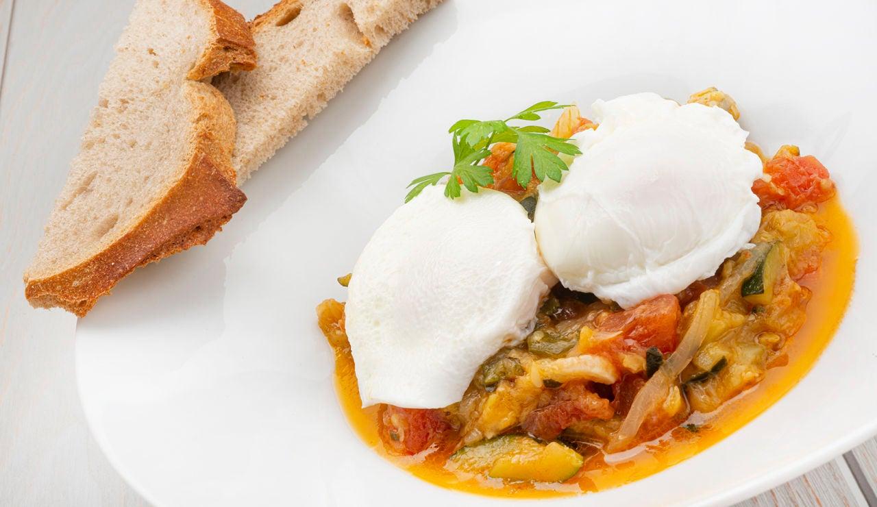 La receta de huevos escalfados con pisto, de Karlos Arguiñano