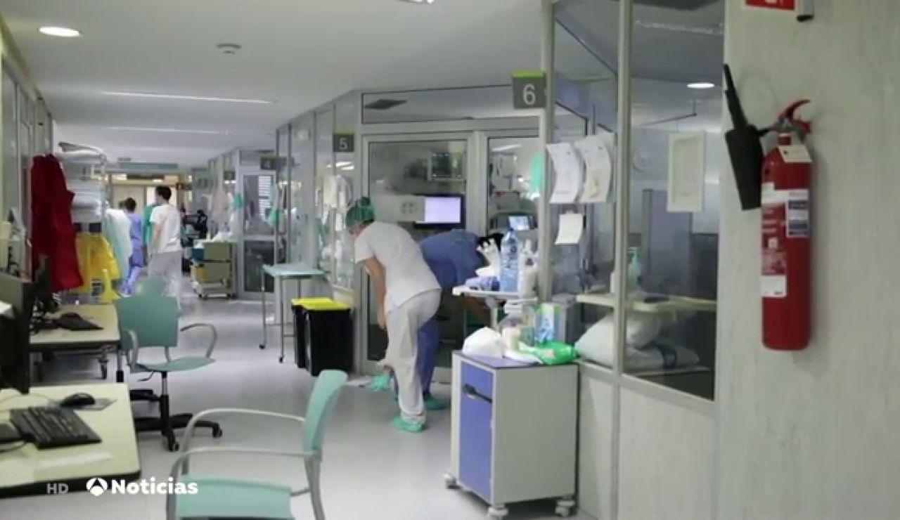 Los ingresos de enfermos por coronavirus en planta y camas UCI se duplican en un mes en España