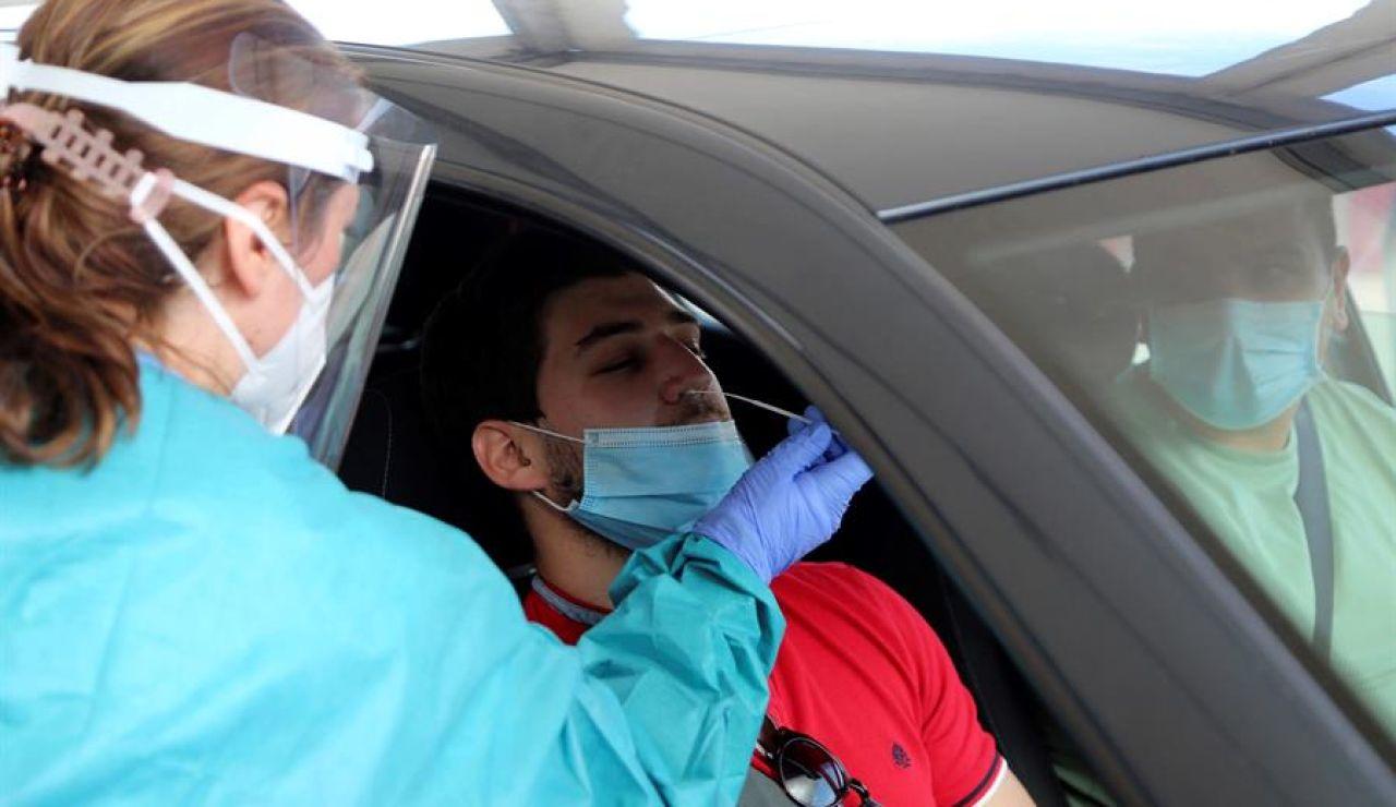 Realizan una PCR a un hombre en el coche