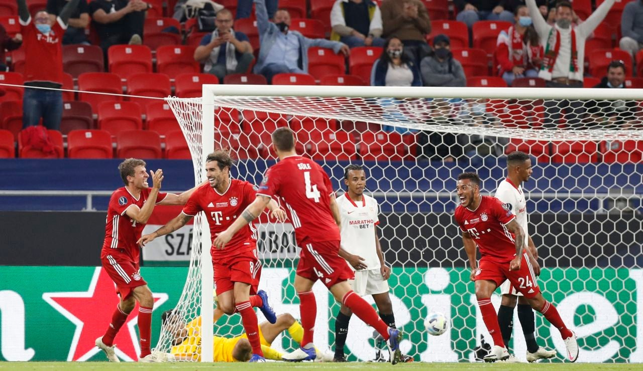 Javi Martínez celebra su gol ante el Sevilla