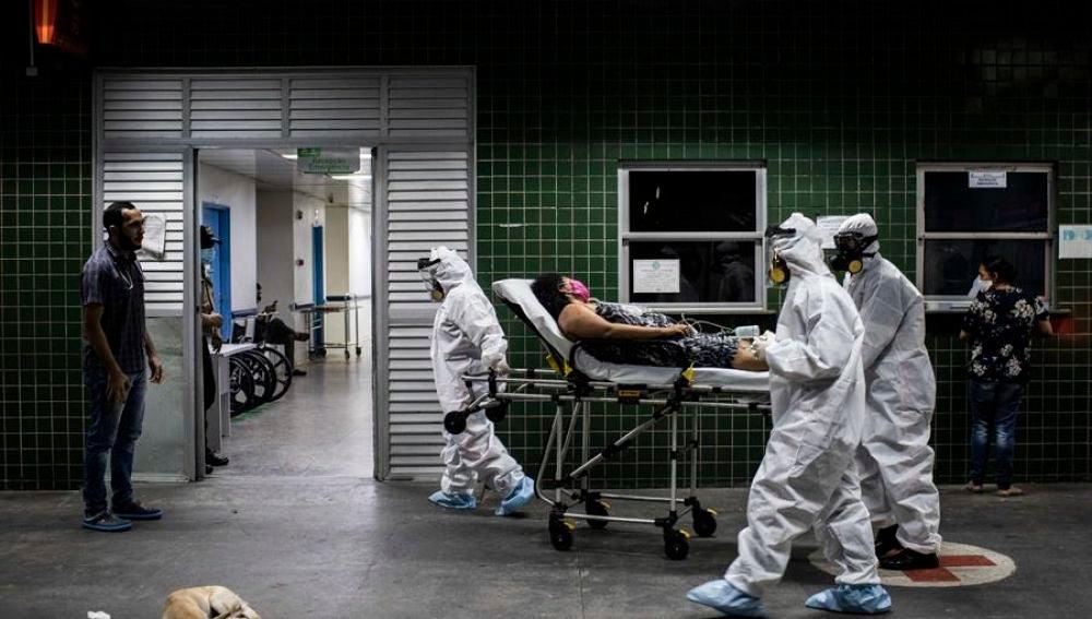 Pacientes en camillas en Manaos
