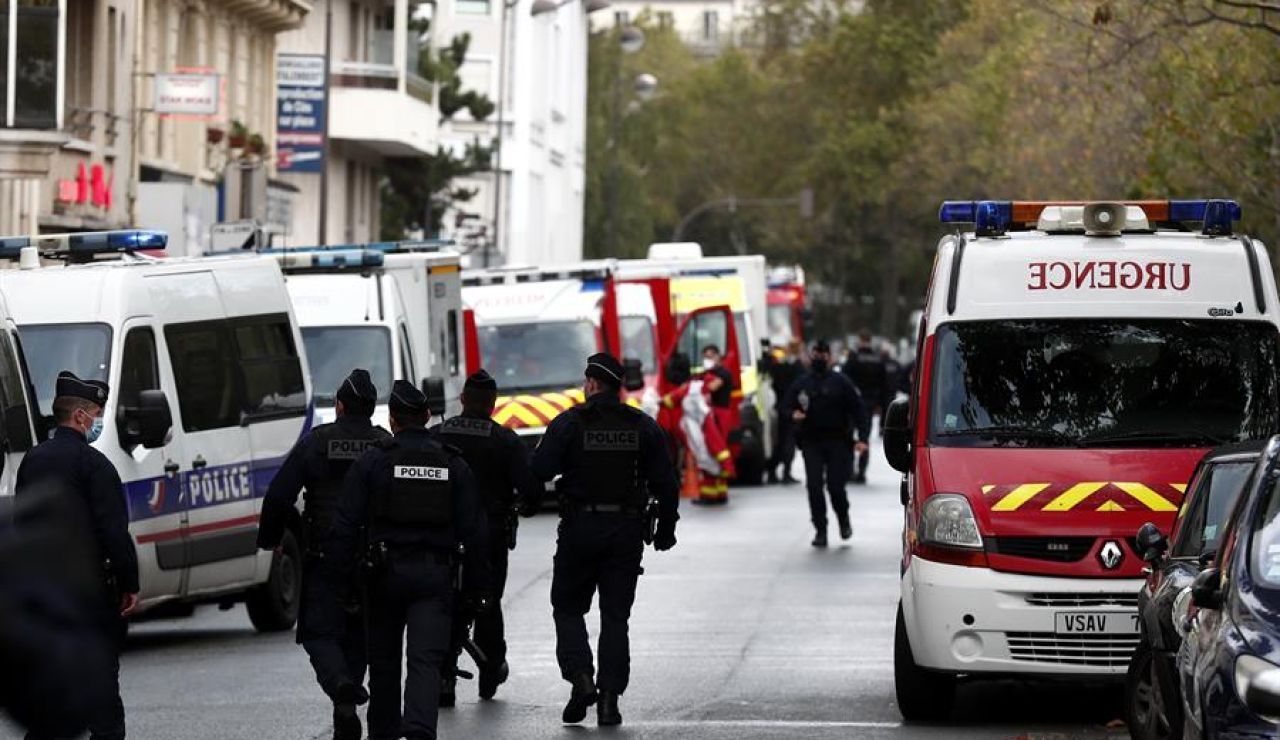 La policía francesa y el equipo de rescate cerca de las antiguas oficinas de Charlie Hebdo