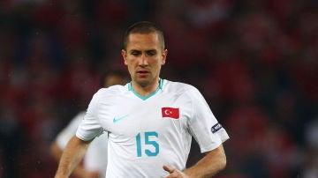 La mujer del futbolista Emre Asik paga a un sicario más de un millón de euros por asesinarle
