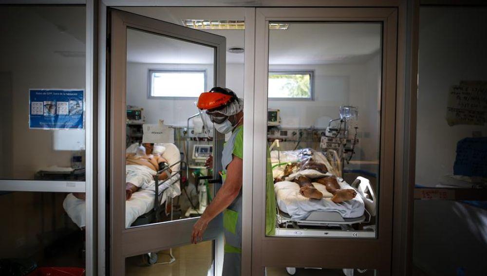 Un médico sale de una sala de pacientes de un hospital en Buenos Aires.