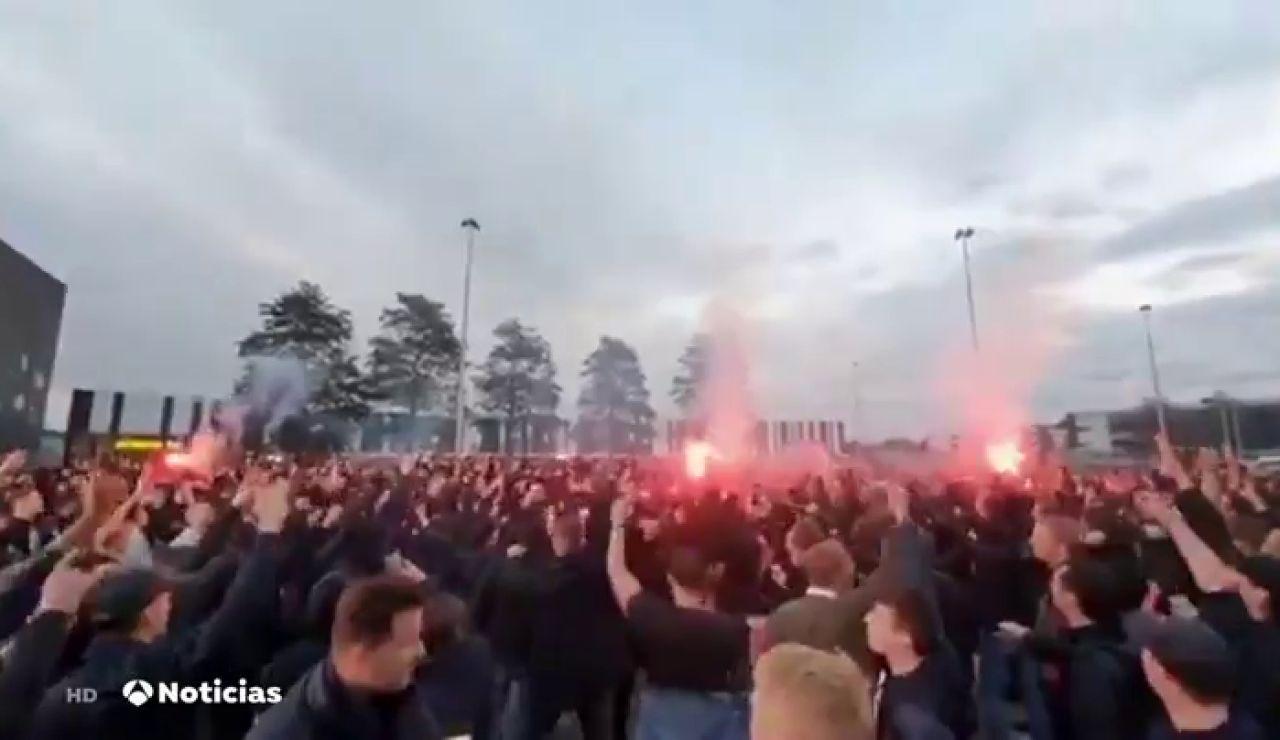 Cientos de aficionados se concentran en Holanda con permiso del alcalde para ver un partido de Europa League