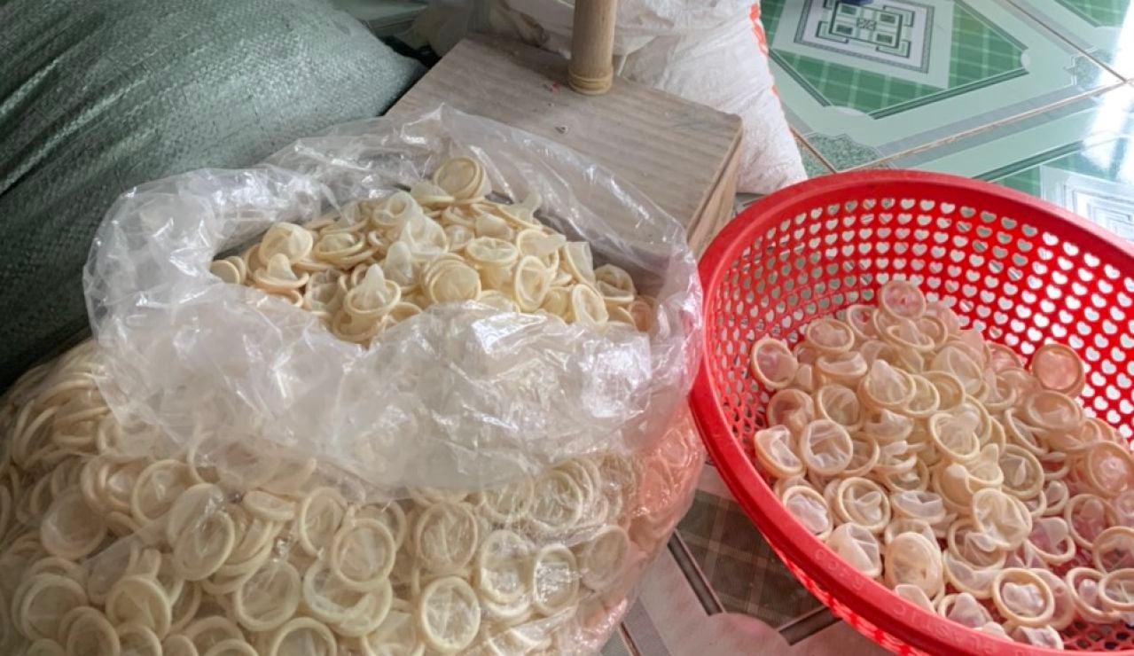 Requisan 345.000 preservativos usados que iban a ser revendidos