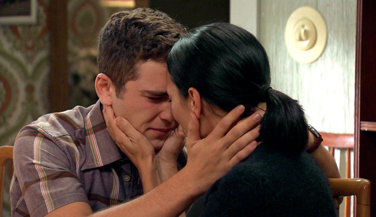 Manolín, terriblemente preocupado por su madre logra sacarle una sonrisa