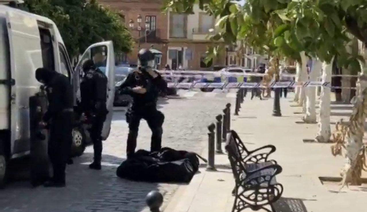 Un hombre armado amenaza con disparar desde su balcón en Coria, Sevilla