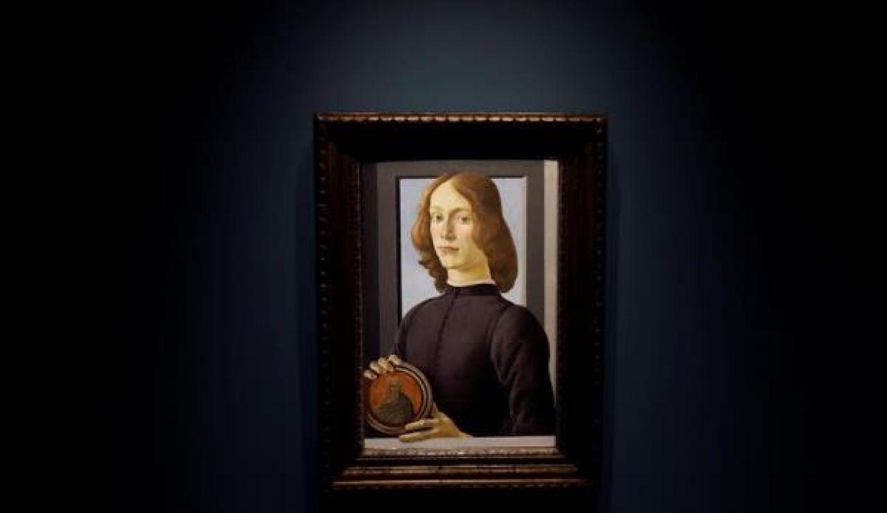 Young Man Holding a Roundel de Sandro Botticelli