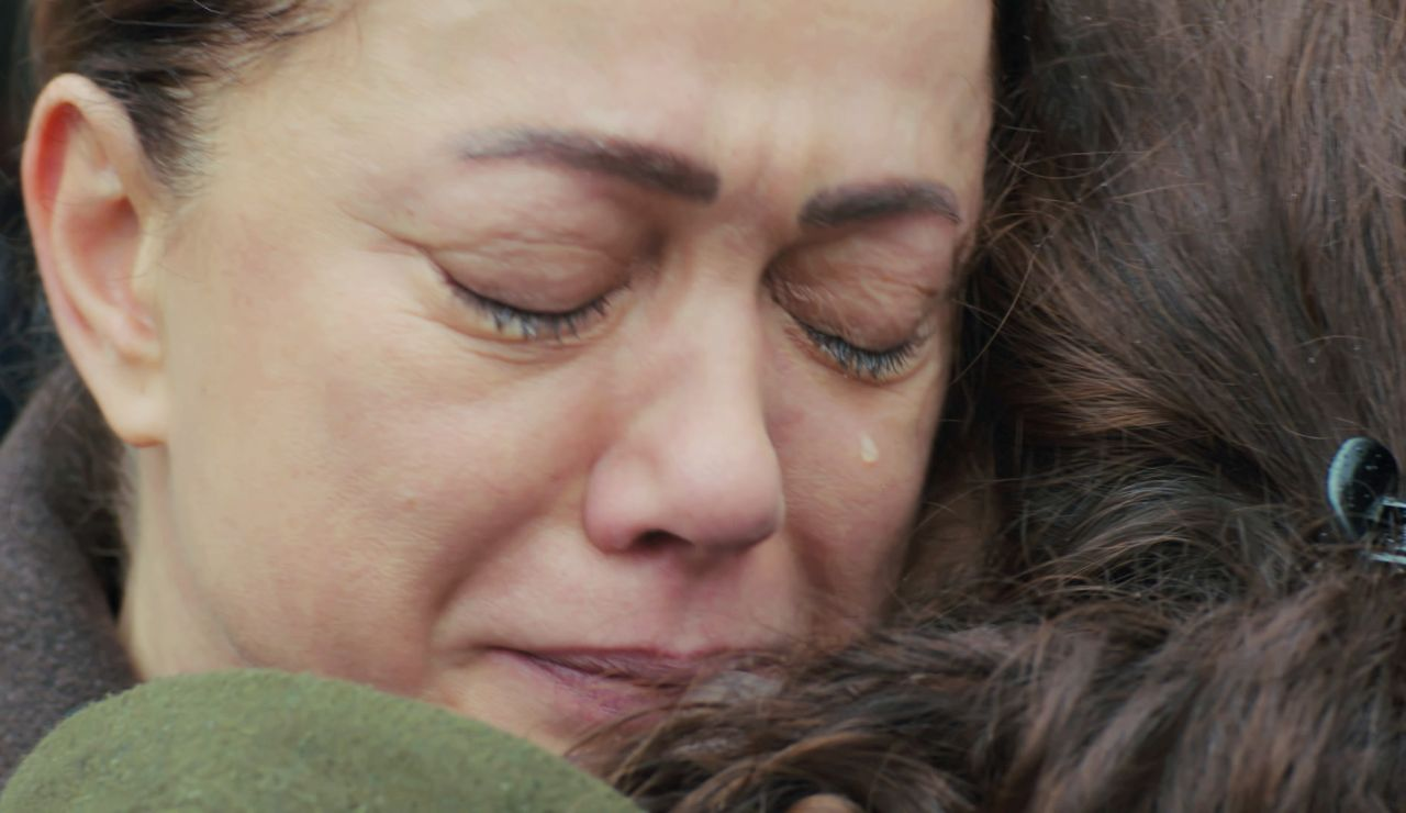 El abrazo envenenado de Hatice a Bahar al descubrir la paliza que la dio Sirin